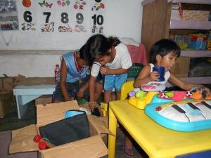 Barn leker-liten